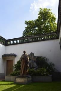 高墙深院内的王老吉创始人雕像