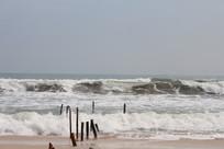 海滩翻滚的浪花