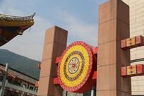 画有彝族图案的太阳鼓装饰柱