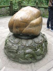 巨石底座上的龙纹浮雕