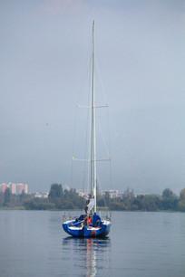 蓝色的帆船与湖面景色