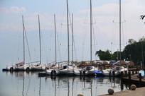 蓝天下的白帆船