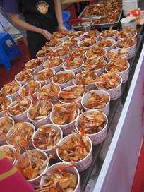 码放整齐的油炸螃蟹