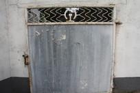 钱塘江旁破旧大门