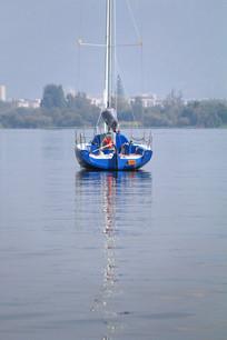 向远处驶去的帆船