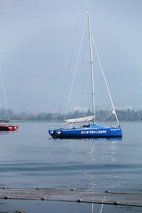 湛蓝的湖面上漂浮的帆船
