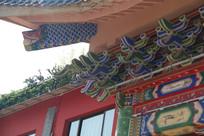 中式房梁的龙鱼粉彩雕刻