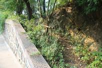 白塔公园旁石壁与道路