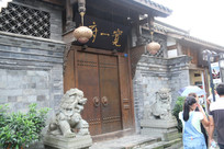 中式仿古建筑门前的石狮