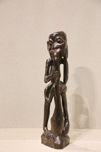 非洲木雕老人吹乐器
