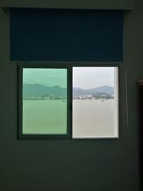 江景房窗户看出去江边风景
