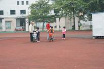 老人和踩单车的小孩