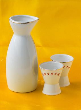 盛白酒的杯子和一个瓷酒盅