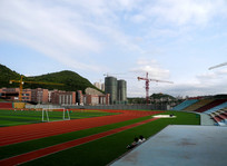 蓝天下的校园运动场
