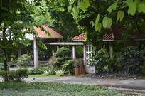 绿树掩映的休息亭廊
