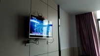 墙上的电视机