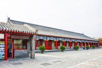 沈阳故宫停车场与一侧建筑