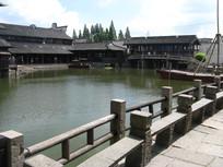 浙江乌镇的池塘与明清建筑