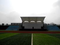 足球场旁的校园舞台