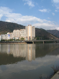 安宁河边的高楼与大桥