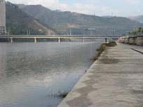 安宁河畔的石堤与跨河大桥