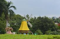 草木掩映的彩色荷兰风车
