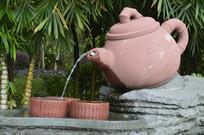 茶壶倒水进茶杯组合雕塑