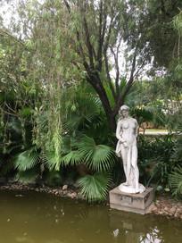 池水边少女雕塑
