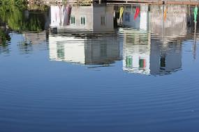 倒映在湖水里的乡村小屋