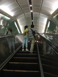 地铁电梯及一对情侣