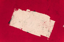 红色墙面上的白色涂痕