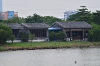 湖边的瓦房老屋