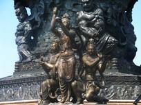 九龙灌浴底座前的圣女雕塑