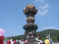 拍摄九龙灌浴铜柱的游人