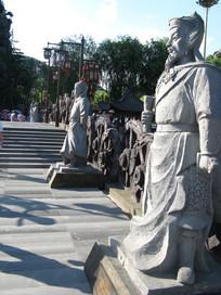 宋城桥上的岳飞石像