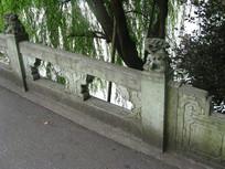 西湖石桥上的石狮与镂空雕花