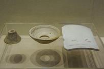 文物馒头形窑具顶钵与白瓷板瓦
