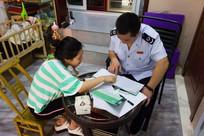 税务工作人员对纳税人进行辅导
