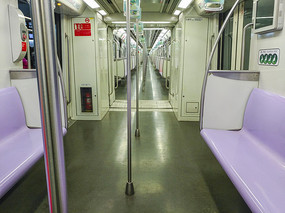 地铁车厢紫色