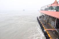 航行在海上的轮渡一角