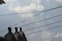 蓝天白云檐角与电线杆