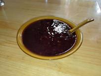 桌上的黑米粥