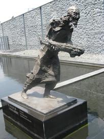 抱着死去孩子的老人的铜塑