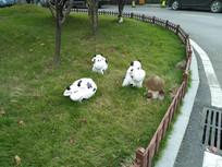 草坪上的玩偶奶牛
