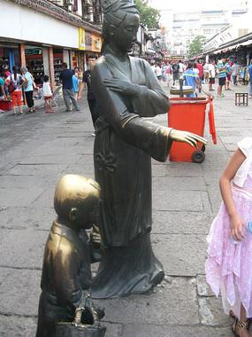 带着孩子逛街的妇人铜像
