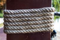 木桩上捆绑的麻绳