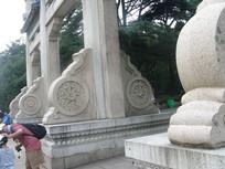 牌坊底部石墩浮雕
