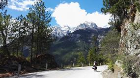 骑行在雪山下
