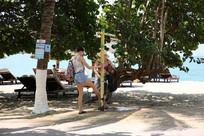 沙滩上冲脚的外国美女