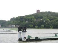 太湖码头远处的青山与高塔